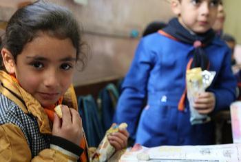Watoto hawa wanakula vitafunio vilivyosambazwa na WFP nchini Syria.(Picha:Dina El-Kassaby, WFP/Syria,)