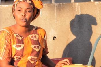 Mwanaharakati akieleza jinsi ya kujikinga na kipindupindu kwenye ujumbe wa video. Picha kutoka video ya UNICEF.