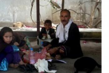 Mohammad Husain Yatef, raia wa Yemen akiwa na wanae katika moja ya eneo walimojisetiri nchini humo. (Picha:OCHA/Muayad Khdear.)
