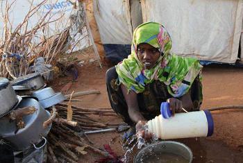 Msichana akisafisha mikono kama njia ya kupambana na kipindupindu kwenye kambi ya Dadaab, Kenya. Picha:UNHCR