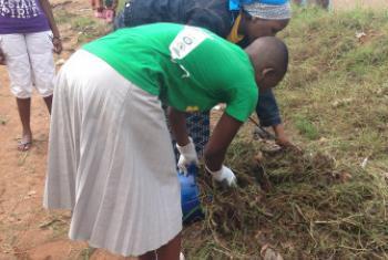 Watoto Wanahabari wakifanya usafi mjini Mwanza siku ya uhuru wa Tanzania. Picha ya Mtandao wa Watoto Wanahabari Mwanza.