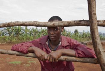Wakaazi wa Burundi kama huyu wanapokea msaada kutoka kwa IOM kufuatia mafuriko yanayoshuhudiwa nchini humo.(Picha:UM/Sebastian Villar)