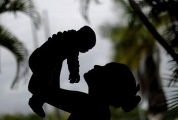Huko Recife, Brazil, mama mwenye umri wa miaka 15 akimbeba mwanae mwenye miezi minne na aliezaliwa na microcephaly iliosababishwa na kirusi cha Zikai. Picha: UNICEF/Ueslei Marcelino