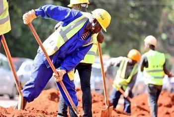Wafanyakazi wa mji wakichimba mifereji mjini Kampala. Picha ya Mamlaka ya Mji Mkuu Kampala KCCA.