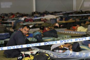 Wahamiaji wakiwa hoi taabani baada ya kutembea siku kadhaa. Hapa ni katika kituo cha polisi cha Rozke nchini Hungary. (Picha:© UNHCR/B. Baloch) (MAKTABA)