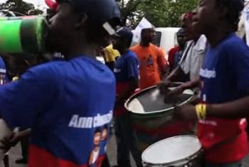 Wanamuziki katika tamasha la muziki.