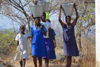 Watoto wakiteka maji muda wa masomo shuleni nchini umbali wa kilometa tano(maktaba).