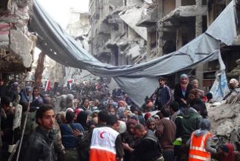 Umati wa watu wakisubiri misaada katika kambi ya Kipalestina ya Yarmouk katika mji mkuu wa Syria Damascus mwaka 2014. Picha: UNRWA