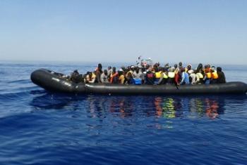 Baadhi ya wasafiri wakiwa kwenye boti za kujazwa upepo. (Picha:IOM/Maktaba/http://bit.ly/2c7WWh7)