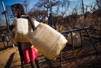 Nchi Sudan, mtoto akienda kusaka maji. (Picha:UN/Albert González Farran)