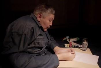 Karipbek Kuyukov akichora picha kwa kutumia vidole vya miguu yake. (Picha:UNifeed video capture)