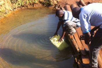Utekaji maji nchini Uganda.Picha:John Kibego