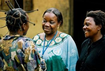 Muuguzi akizungumza na wagonjwa wenye matatizo ya afya ya akili.(Picha:WHO/Marko Kokic)