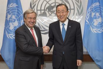 Katibu Mkuu wa Umoja wa Mataifa Ban Ki-moon (kulia) akiwa na Katibu Mkuu Mteule Antonio Guterres. (Picha:UN/Eskinder Debebe)