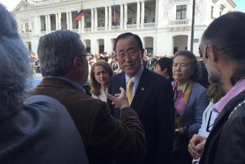 Katibu Mkuu wa UM Ban Ki-moon alipotembelea maeneo ya mji wa Quito kabla ya kuzungumza na wawakilishi wa serikali za mitaa kutoka nchi mbali mbali duniani, (Picha: UN Social Media / Ariel Alexovich)