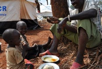 Baba na wanae katika kambi ya wakimbizi ya Nyargusu nchini Tanzania.(Picha:UM/Tala Loubieh)