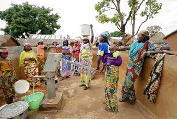 Wanawake wakiteka maji Cameroon. Picha na UN Women/Ryan Brown