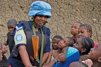 Polisi wa Umoja wa Mataifa akiwa na watoto. (Picha/UNPolice)