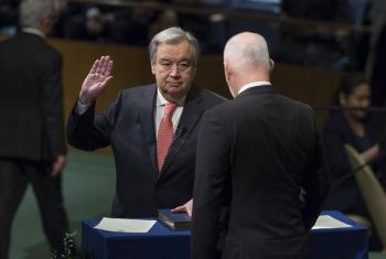 Katibu Mkuu mteule Antonio Guterres akila kiapo mbele ya Rais wa Baraza Kuu la UM Peter Thomson. (Picha:UN/Eskinder Debebe)