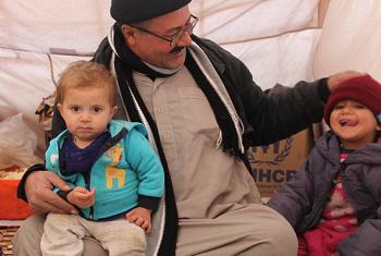 Baba mkimbizinchini wa ndani na watoto wake nchini Iraq. Picha: UNHCR