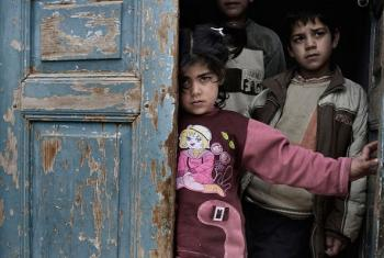 Watoto Syria wajificha mlangoni huku kukiwa na milio ya risasi na makombora. Picha: UNICEF/NYHQ2012-0218/Alessio Romenzi