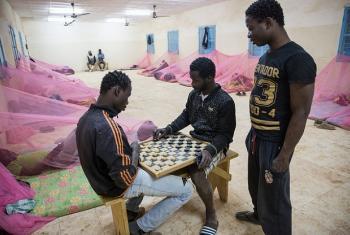 """Wahamiaji kutoka Gambia wakicheza mchezo wa """"drafti"""" kwenye moja ya vituo vya wahamiaji huko Niger. (Picha:IOM 2016/Amanda Nero)"""