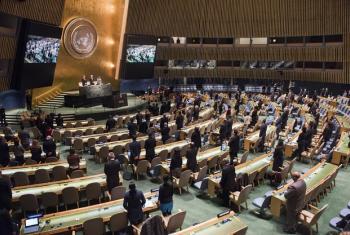 Wajumbe wa Baraza Kuu la UM wakiwa wamesimama kwa dakika moja kumkumbuka Fidel Castro. (Picha:UN/Amanda Voisard)