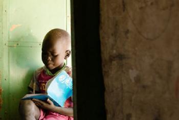 Mtot anasoma nje ya darasa lake. Picha: UNICEF South Sudan/2014/Razafy