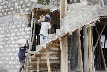 Shughuli za ujenzi katika mradi wa ujenzi kaunti ya Kilifi, Kenya.(Picha:Julius Mwelu/ UN-Habitat)