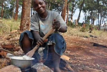 Mkimbizi katika kambi ya Nyarugusu, mkoani Kigoma akiandaa mlo. (Picha:WFP/Tala Loubieh)