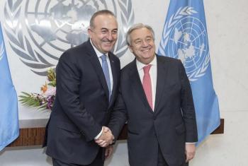 António Guterres alipokutana na kuzungumza na waziri wa mambo ya nje wa nchi hiyo Mevlüt Çavuºoðlu.(Picha:UM/Mark Garten)