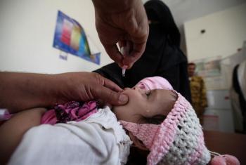 Mtoto apokea chanjo dhidi ya polio katika kituo cha Al-Olufi, Sanaa, Yemen.(Picha:UNICEF/IMG_9423/Yasin)