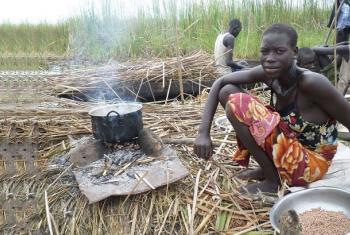 Mkimbizi wa ndani aliyefurushwa akipika mlo ambao ni mgao wake wa mwisho.(Picha:FAO/Sudan Kusini)