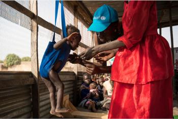 Mfanya kazi wa UNICEF Judy Jurua Michael (kati) anapima mtoto Alakaii kituoni Gabat nchini Sudan Kusini. Picha: UNICEF/Mackenzie Knowles-Coursin