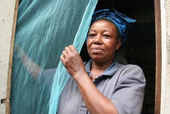 Mama akiweka neti nchini Tanzania.(Picha:WHO S. Hollyman)