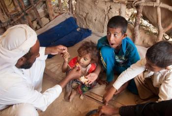 Familia iliofurushwa kufuatia machafuko Yemen wanakula chakula cha mchana huko Al Mazraq, Hajjah, Yemen.(Picha:OCHA)