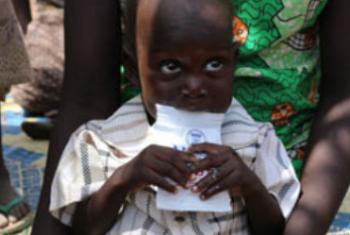 Mtoto analishwa na mamaye nchini Sudan Kusini. Picha: WFP