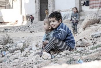 Hapa ni Aleppo, Syria, amabako Esraa na ndugu yake Waleed, wameketi karibu na nyumba ya wakimbbizi wa ndani.(Picha: UNICEF/UN013175/Al-Issa)