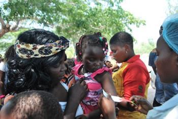 Mtoto akifanyiwa vipimo kutufatiti utapiamlo nchini Mozambique.(Picha:WFP)
