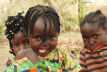 Watoto nchini Jamhuri ya Afrika ya Kati, CAR, ambako mapigano yanakwamisha haki zao. Hata hivyo misaada ya OCHA inapoweza kuwafikia inawaletea nuru.