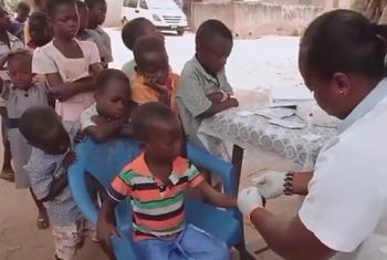 Watoto wakipewa chanjo katika kituo cha afya. Picha: WHO/Video capture