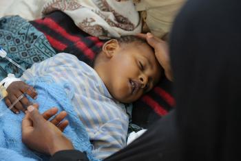 Mtoto anahudumiwa katika hospitali ya Sab'een huko Sana'a nchini Yemen. Ni mmoja wa watoto waathirika wa kipindupindu. Picha: © UNICEF/UN065873/Alzekri