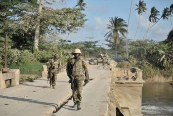 Askari wa AMISOM kutoka Uganda wakitembea katika daraja kwenye eneo la Janaale, Somalia. Picha: AU/UN/IST/Tobin Jones