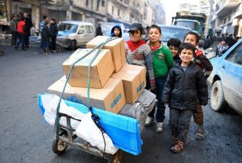 Wakimbizi nchini Syria wanapokea msaada. Picha: UNHCR/Bassam Diab