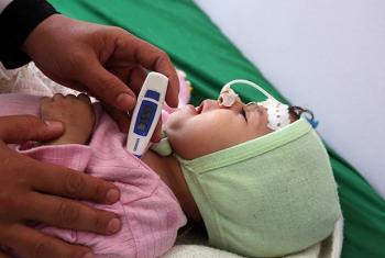 Mtoto muathirika wa kipindupindu anapatiwa matibabu katika kituo cha afya nchini Yemen. Picha: UNICEF