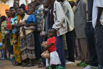 Wakimbizi wa Burundi wasubiri mabasi kutoka kambi ya usafirishaji wa mpakani huko Nyanza kuelekea kambi ya wakimbizi Mashariki mwa Rwanda. © UNHCR / Anthony Karumba