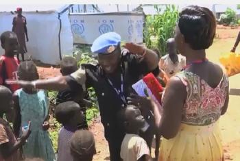 Aja Ndey Mbye, Afisa wa UNPOL kutoka kikosi cha Gambia anacheza na watoto katika eneo la ulinzi wa raia nchini Sudan Kusini. Picha: UM/Video Capture
