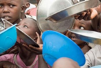 Watoto wakimbizi wapiga foleni DRC kupokea chakula. Picha: UM/Eskinder Debebe