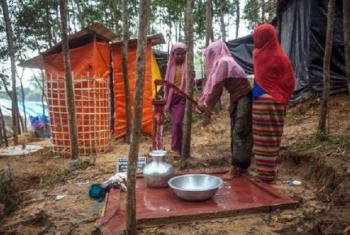 IOM imechimba visima 14 vya pampu za mkono katika makazi ya Cox Bazar tangu Agosti 25, 2017. Wanaochota maji ni wakimbizi waRohingya. Picha: IOM