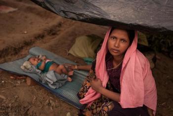 Mama na mtoto wake mchanga, moja kati ya familia mpya za Rohingya ambao waliwasili Banglades mnamo tarehe 5 Septemba 2017.